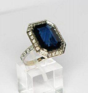 Sužadėtuvių žiedas Nr.44 (iš balto, geltono arba raudono aukso, su safyru ir briliantais)