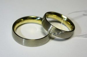 Vestuviniai žiedai Nr.47 (geltono aukso vidumi ir balto aukso matiniu paviršiumi)