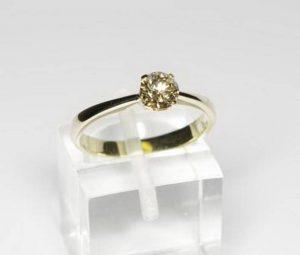 Sužadėtuvių žiedas Nr.49 (iš balto aukso, su gelsvu briliantu)