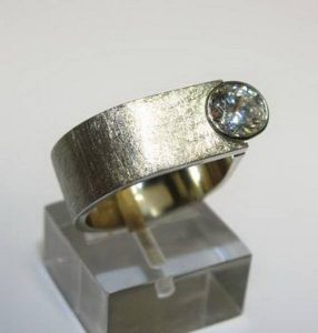 Sužadėtuvių žiedas Nr.51 (iš platinos arba balto aukso, su žydruoju topazu)