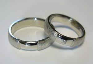 Vestuviniai žiedai Nr.58 (iš balto aukso, faktūriniu paviršiumi, blizgiu intarpu)