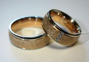 Vestuviniai žiedai Nr.61 (iš raudono aukso, balto aukso kraštais, faktūriniu paviršiumi)