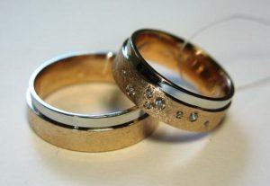 Vestuviniai žiedai Nr.62 (iš raudono aukso, balto aukso kraštu, mot.- puoštas brangakmeniais)
