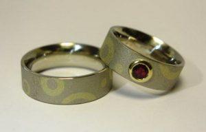 Vestuviniai žiedai Nr.64 (iš platinos, inkrustuoti geltonu auksu, mot.- puoštas rubinu)