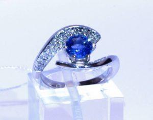 Sužadėtuvių žiedas Nr.66 (iš balto aukso, puoštas safyru ir briliantais)