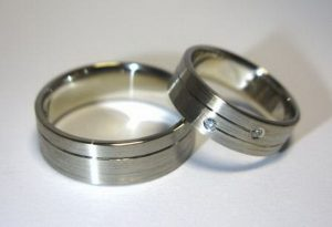 Vestuviniai žiedai Nr.69 (matiniai, iš balto aukso, su įgilinta linija)