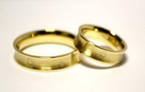 Vestuviniai žiedai Nr.72 (iš geltono aukso, inkrustuoti balto aukso piešiniais)