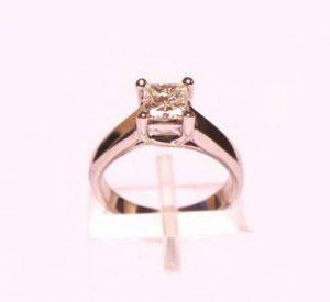 Sužadėtuvių žiedas Nr.73 (iš balto aukso, su kvadratiniu deimantu