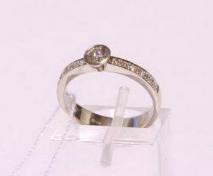 Sužadėtuvių žiedas Nr.75 (iš platinos arba balto aukso, su brangakmeniais)
