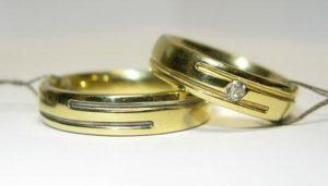 Vestuviniai žiedai Nr.76 (iš geltono aukso, su įgilinta linija, mot.-puoštas brangakmeniu)