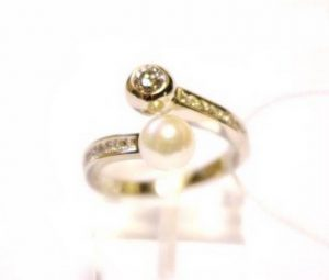 Sužadėtuvių žiedas Nr.84 (iš balto aukso, su kult.perlu ir briliantu)