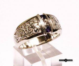 Sužadėtuvių žiedas Nr.85 (platus, iš geltono aukso, puoštas aleksandritais ir briliantu)