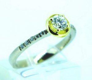 Sužadėtuvių žiedas Nr.92 (iš balto ir geltono aukso, puoštas brangakmeniais)