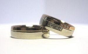 Vestuviniai žiedai Nr.93 (iš balto ir raudono aukso, mot.-puoštas akmenimis)