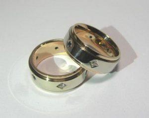 Vestuviniai žiedai Nr.94 (platūs, iš dviejų spalvų aukso, puošti brangakmeniais)
