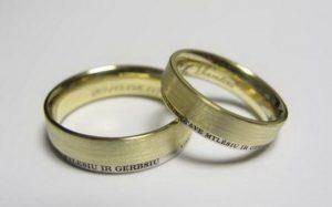 Vestuviniai žiedai Nr.9 (iš geltono ir balto aukso, su pasirinktu tekstu išorinėje pusėje)
